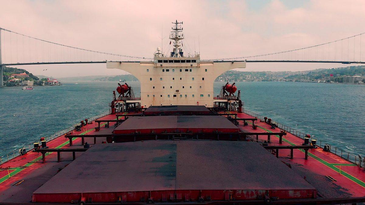 こりゃすげぇ!海面ギリギリから巨大貨物船をMavic Airで空撮!